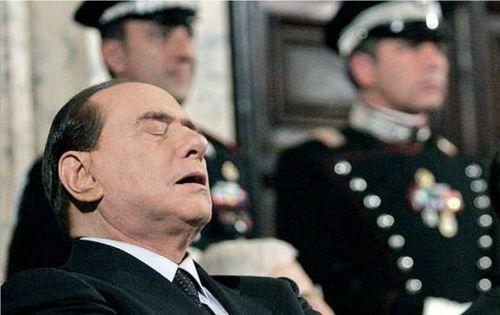 Berlusconi-addormentato-4