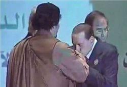 Berlusconi-baciamano-gheddafi