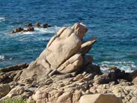 Isola_rossa_dona_che_legge